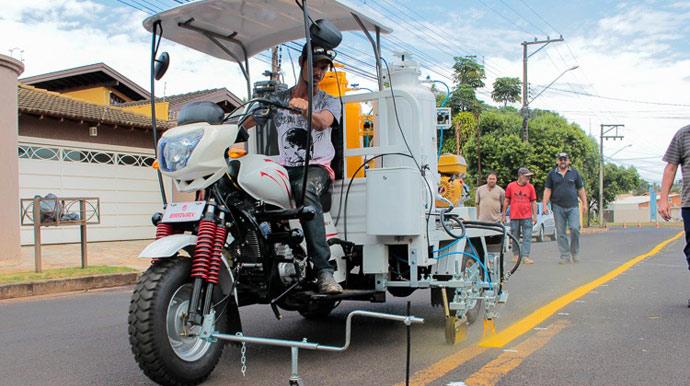 Ruas da Vila Progresso recebem sinalização de trânsito vertical e horizontal