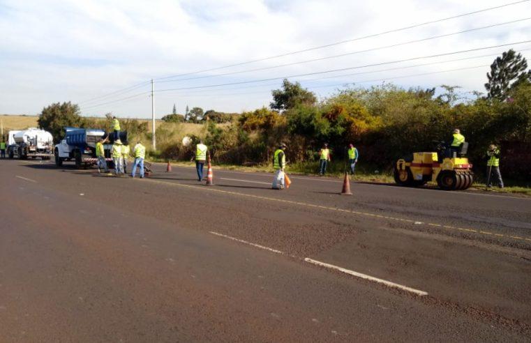 Devido a deterioração do asfalto da Avenida Benedito Pires, Secretaria de Obras promove serviço de reperfilagem