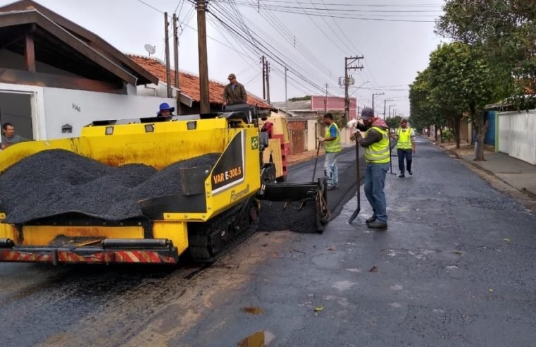 Com asfalto 'quente', recapeamento das principais ruas das vilas 'Xavier' e 'Ribeiro' continua