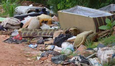 Moradores têm canal para denunciar descarte irregular de lixo e entulho