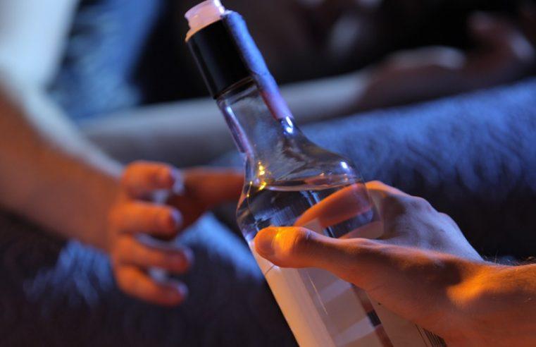 Adolescentes são flagrados pelo Conselho Tutelar consumindo bebidas alcoólicas durante a 'passagem de ano'